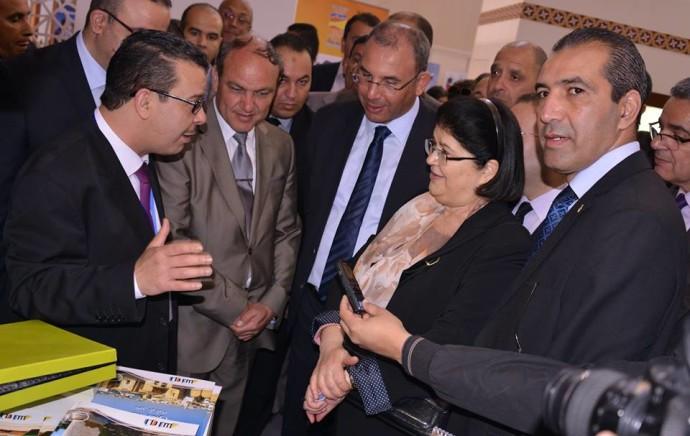 Oran: la ministre algérienne sur le stand Tunisie