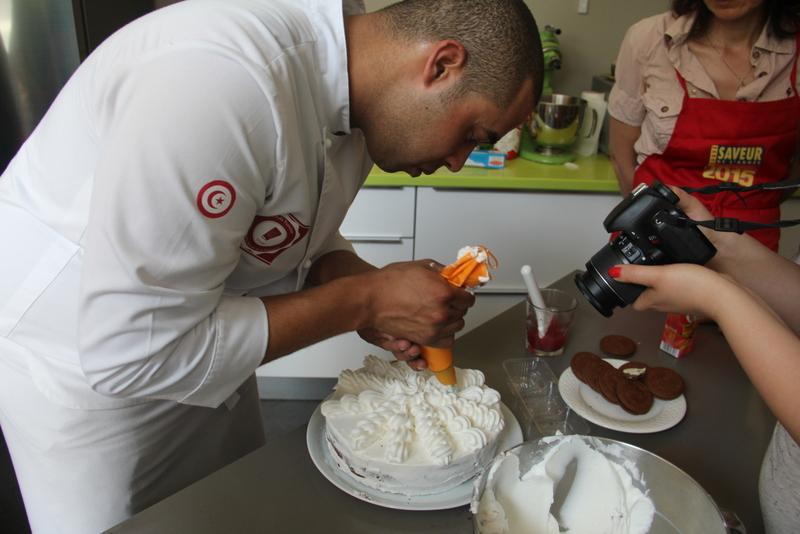 Chef Mohamed Amine Abbes met la dernière touche au dessert.