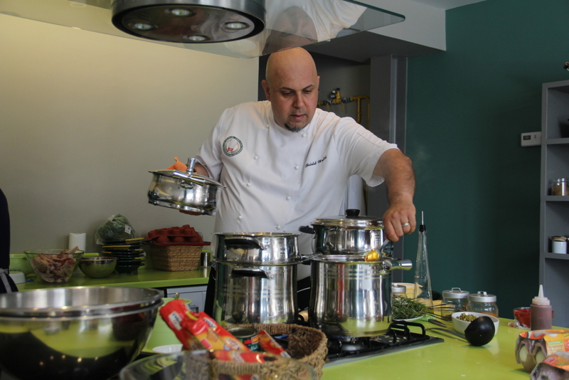 Chef Wafik Belaid surveille de près la cuisson de la Paella de Nouasser.