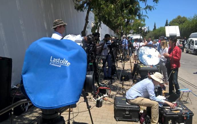 La presse internationale devant l'hôtel visé par l'attentat