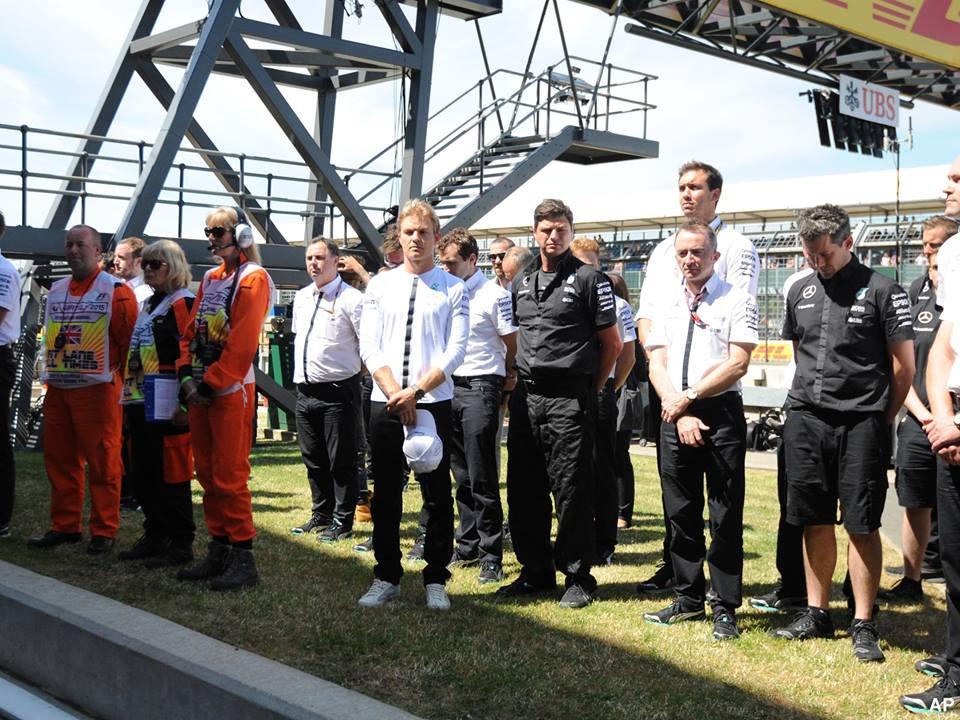 Sur le circuit du Grand Prix de Grande Bretagne avec le pilote Nico Rosberg.