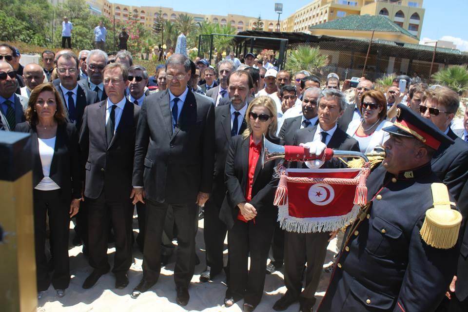 Sur les lieux du drame à Sousse, le chef du gouvernement avec, à ses côtés, la ministre du Tourisme, l'ambassadeur de Grande-Bretagne en Tunisie et la propriétaire de l'hôtel.