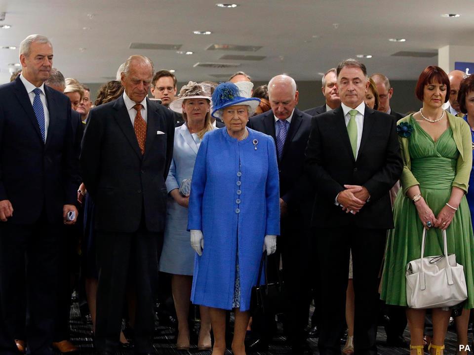 Minute de silence de la Reine d'Angleterre en hommage aux victimes de l'attentat de Sousse.