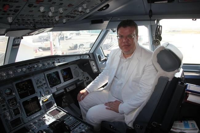 Mohamed Frikha, pendant les beaux jours de sa compagnie, posant dans le cockpit de l'Airbus A.330 loué pour assurer des vols transatlantiques. Finalement, seule la destination Montréal fut opérée ponctuellement, mais les lignes annoncées sur Pékin et New York ne virent finalement jamais le jour.