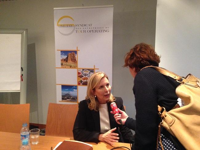 La ministre du Tourisme, Selma Elloumi-Rekik, sollicitée par les médias.