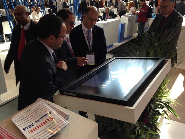 Visite guidée du stand assurée par le DG de l'ONTT pour l'ambassadeur de Tunisie à Paris.