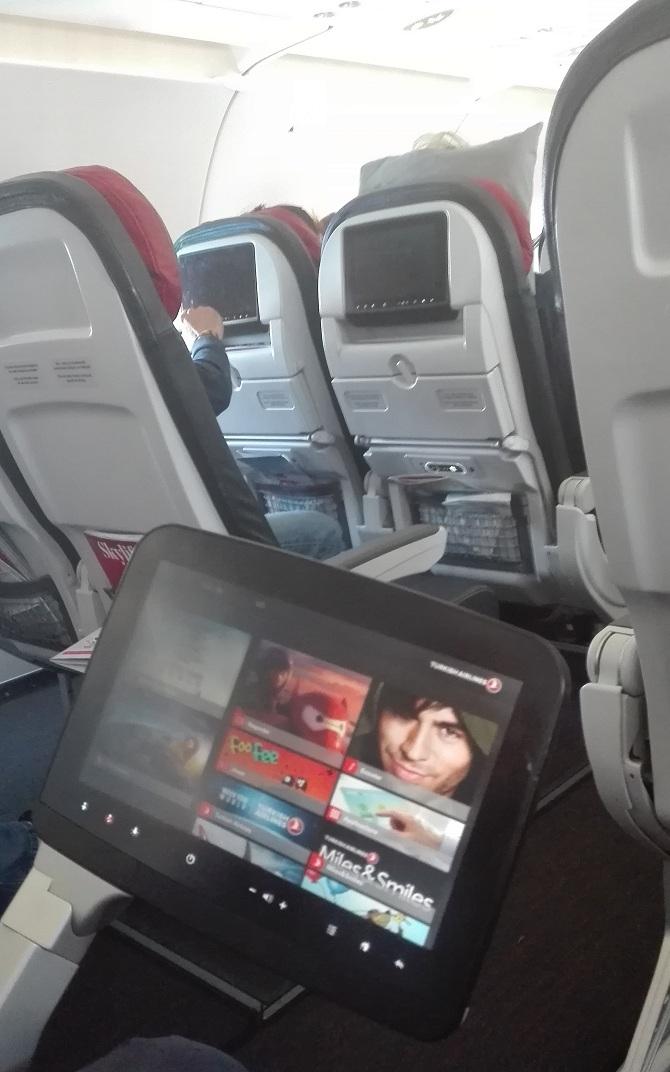 Autant en classe économique qu'en classe Business, les passagers disposent d'un écran qui leur permet de visualiser un tas de programmes et de films récents.