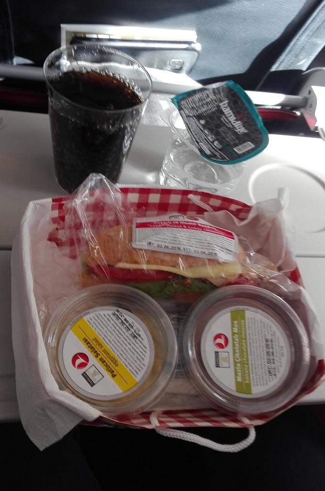 Collation servie sur un vol domestique Turkish Airlines de moins d'une heure en classe économique.
