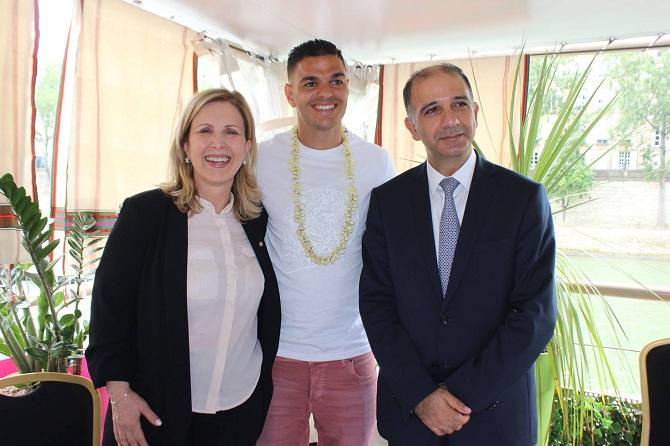 Le footballeur d'origine tunisienne Hatem Ben Arfa évoluant au PSG entre la ministre du Tourisme et l'ambassadeur de Tunisie à Paris.