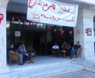 A l'entrée de l'hôtel, sit-in du personnel en chômage forcé. Photo: Sahbi Ben Abdallah