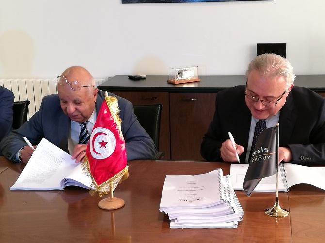 Ahmed Smaoui et Amine Moukarzel (à dr.) lors de la signature de l'accord.
