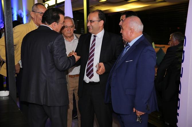 Le ministre du Transport, en pleine discussions avec Chokri Zarrad, directeur général de Nouvelair (de dos).